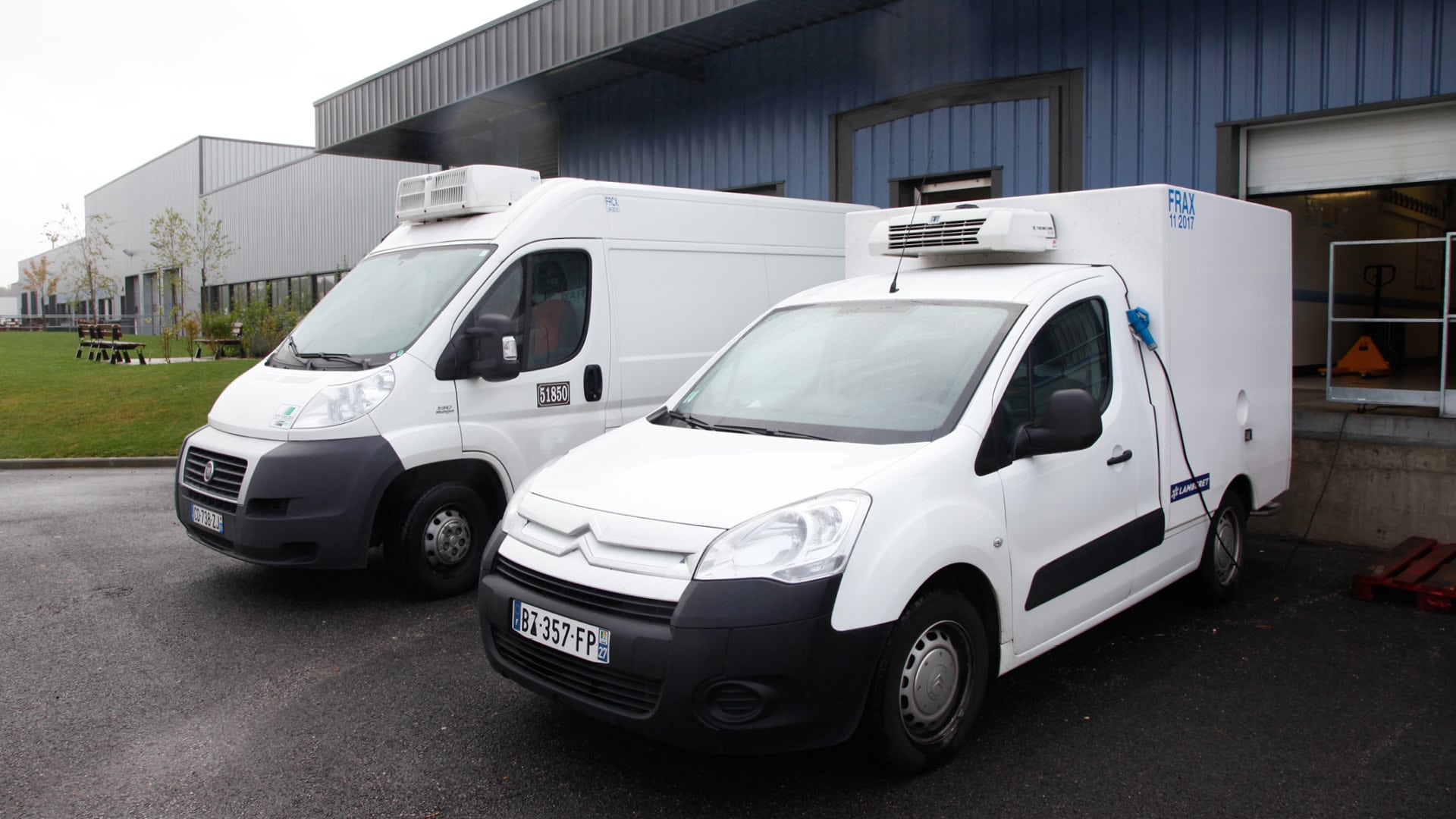 deux camionnettes blanches réfrigérées